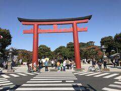 鶴岡八幡宮。  鎌倉駅側から来る参拝道若宮大路の交差点の大鳥居。 本殿から大鳥居の逆コースを歩く。