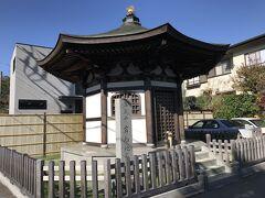 扇ヶ谷のJR横須賀線ガードを潜ると、岩船地蔵堂。  源頼朝の娘大姫の守本尊を祀る岩船地蔵堂がある。