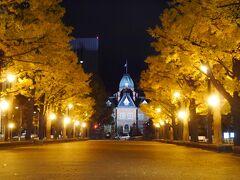 ライトアップされた北海道庁旧本庁舎を見に行ってみました 近くまで行かず、遠くからパチリ  ほんと、紅葉が美しい光景だわ  夜の幻想的な光景は必見ですよ~☆
