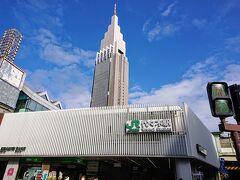 代々木駅南口です。 もう少し新宿方面に進みます。