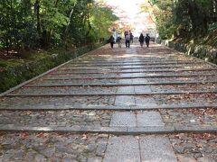 光明寺。西山浄土宗の本山で広大な境内を持つ。この時期は紅葉の名所として知られる。 コロナの影響が大きい京都だが、この日の光明寺はかなりの人出。