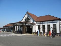 09:54 「高松駅」から手違いで各駅停車に乗ってしまい、 11:10 「JR琴平駅」着。 高松からは琴電で来る事も出来ます。 琴平電鉄は金比羅さんの為にあるような電車ですからね。 値段もJRより少し安いし時間も掛からないけれど、通し切符で買ってあったのでJRを利用しました。