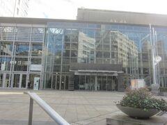 同じ敷地内、お隣にあるのは大田区民ホール「アプリコ」