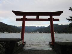 御浜崎の先端にある鳥居 鳥居の正面には戸田の街