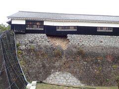 大きく石組みが崩壊しています。  建物も歪が生じて傾いています。
