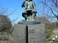 「清正公「」の銅像。  足の間には虎が組み敷かれています。
