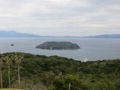 10時27分 魚見岳山頂に到着。知林ヶ島が見えます。チリリンロードは見えませんが、浅瀬であることは分かります。その代わり、山頂に面白いおじさん(70歳)がいました。昔石油タンカーに乗って中東から石油を運んできたと言っていました。確かにおじさんの言う通りENEOS喜入基地が見えます。いろいろ話して展望台へ行きます。