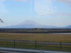 12時16分 車窓に桜島が見えます。