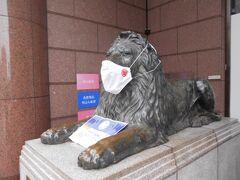 三越デパートの前に鎮座するライオンさんも コロナの為マスクをしていました。 百獣の王もコロナには勝てません。