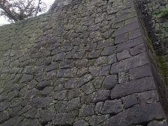 松山城は立派なお城で見上げるような 石垣の上に建てられていました。 お城の天守閣は現存天守として有名です。 ※「現存天守」とは江戸時代以前に建設された天守が 現在も保存された姿で残っている天守閣のことのことです。 日本には現存天守が12城あり松山城はその一つです。 明後日行く高知城も現存天守の1つです。