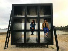 「おひるねハウス」南川祐輝、2004年作。 先に訪れたイーストハウスと同じアーティストの作品です。 作品の黒い色は西集落の黒壁がモチーフになっているとか。  先客のカップルにモデルになってもらいました。 この時から雨が降り始め、最悪~。