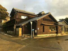 西港の真ん前にあった弁天サロン。 佐久島観光の休憩所のような所です。