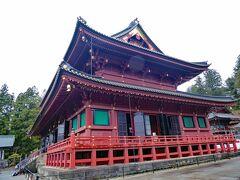 輪王寺の本堂「三仏堂」です。千手観音、阿弥陀如来、馬頭観音の三仏が祀られています。 本堂は、東日本で最大の木造建築で、毎年4月2日に行われる輪王寺の恒例行事「強飯式」の舞台です。