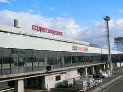 出雲縁結び空港に到着。心配していたお天気も青空で良かった~