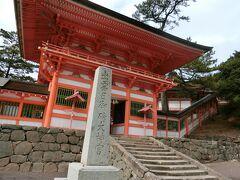 日御碕神社は、下の宮「日沉宮(ひしずみのみや)」と上の宮「神の宮」の二社の総称。 この楼門をくぐり、右手の小高いところにあるのが、神の宮。八岐大蛇(やまたのおろち)退治で有名な素盞嗚尊(すさのおのみこと)が祀られています。