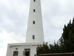 日御碕灯台。 日本一高い灯台で、螺旋階段を昇って上まで行くことも出来ます。が、お天気もイマイチだし、鰐淵寺で疲れたのもあり省略。 真っ白い灯台なのでバックが青空だったらすっごく映えただろうなぁ~。