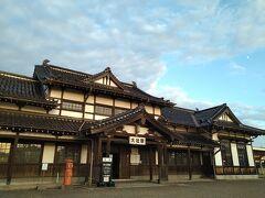 暗くなる前にもう1か所行きたかったのが「旧大社駅」。出雲大社を模した純日本風の木造建築で、東京駅と門司港駅(北九州市)と並び、国の重要文化財にも指定されている、めちゃめちゃカッコいい駅舎です!