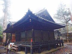奥社拝殿に到着しました。夕霧が立ち込めてきました。 夕霧は、神々しい境内に相応しいように感じました。