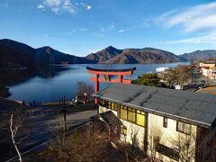 11月26日 ホテルの部屋から見た早朝の中禅寺湖です。  赤色の鳥居は、二荒山神社中宮祠の大鳥居で、二荒山神社中宮祠は男体山中腹の中禅寺湖畔に鎮座されています。昨日見学したのは、二荒山神社本社で「中宮祠」は男体山頂にある「奥宮」との中間にある祠です。「二荒山神社」は男体山や中禅寺湖を含む広大な境内を擁しています。