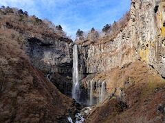 エレベータで下った場所にある展望台から眺めた「華厳の滝」です。優雅な姿の滝です。
