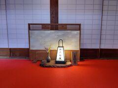 境内の雨月茶屋へ こちらの入り口は団体さん用  雅趣あふれる京の風情、醐山料理があるそうですが、夜は京料理なので、