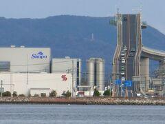 """由志園からスタートすると、江島に渡る手前 338号線にぶつかった所で左折。海岸線をしばらく走ると左手にある""""寿物産""""周辺に車を停めて道路を横断(スピードを出している車が多いので注意)。海沿いの遊歩道に出られる階段を上った辺りが撮影ポイント。  肉眼だと「どこ?」ってくらい遠いので、橋の左側の四角い建物を目印にして望遠。三脚必須です。試しにスマホでも撮ってみましたが私のでは全然ダメでした。 ベタ踏み坂を撮ってみたい方はご参考に~"""