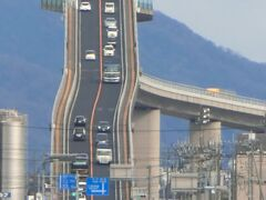しかーし、由志園がある大根島から望遠で撮ると、あーら不思議! ベタ踏み坂が出現するんです。