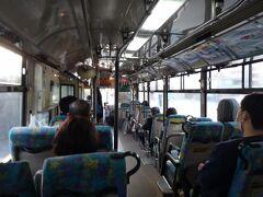 熊本都市バスなのに、バスの車体は移管前の熊本バス塗装。年季が入った雰囲気なので、廃車を前提に塗り替えを控えたのかしら。