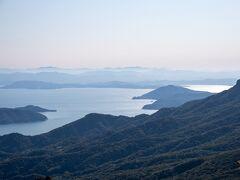 瀬戸内海と四国山地の山々を一望できる。