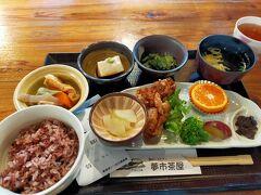 やっと遅めのお昼です。こちらは古代米のランチ。奈良の旅行では野菜がたくさん食べられます。 たくさん自転車で走ったあとに一人静かに正しきご飯、私、なんて品行方正なんでしょう!
