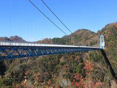 約40分で、竜神大吊橋へ到着。 バスは橋の目の前まで乗り入れています。  紅葉は見ごろと聞いていましたが、あまり紅葉になる木は多くありませんでした。