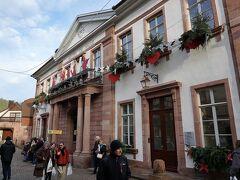 クリスマス・デコレーションが施された村役場の前から、メインストリートに入ります。