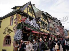 2009年4月29日、初めてのリクヴィルは軒を飾る藤がとても綺麗でした。 2度目の11月9日は、閉まっている店もあったりで、さびれた印象。 でも、今回は春と同様、メインストリートにはたくさんの人。ぶどう畑もクリスマス・デコレーションを眺めながらそぞろ歩き。  ドイツのクリスマス・マーケットは、先ほどの広場のように屋台がたくさん並んでいるのが定番ですが、アルザスではデコレーションを楽しむのが定番のようです。