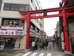 鎌倉駅前から歩行者天国の小町通りを歩き、鶴岡八幡宮へ。