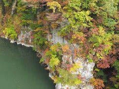 今回はその橋から色付いた木々と只見川を眺めます。