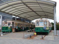 京都駅に着いて、八条口のウェスティン都ホテル京都のサテライトコンシェルジュに行って荷物をホテルまで(無料)配送してもらいます。 その後、市バスで梅小路公園まで行きました。鉄道博物館がありますが、日本庭園朱雀の庭があり、紅葉情報では見頃となってたので、地元民が多い公園にやって来ました。 電車が2台展示されていて、公園内は実際に電車に乗れるようです。 娘は興味がないので、鉄道博物館はスルーしました。