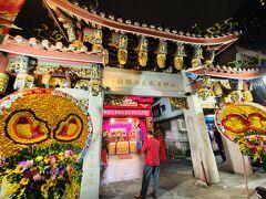 1787年に創建された、清水祖師を主祭神とする艋舺清水巖。清水祖師はもともと福建省安渓の守護神で、中国から台湾に移民する際に分霊されたもの。ここは2010年の台湾映画『モンガに散る』のロケ地となった。