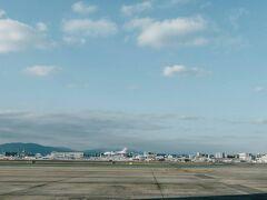 はい、ということで朝の福岡空港です。二日酔いだなあと空港の出発ロビーから滑走路路眺めていたのだが、プラモデルみたいな飛行機が着陸してきたのがみえた。  この写真のまん中に見えるでしょうか。これは模型を合成したのではなく、こういう大きさの飛行機です。