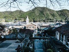 すぐ近くにある神社から見た崎津の風景。神社の鳥居越しにみえる教会の風景とか、ここでしか見られないものだと思う。ダイバーシティってこういうことだ。