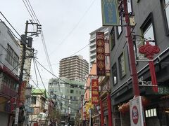 大通りが終わると左に中華街交番 そこから右に曲がる道、南門シルクロード 地図の一番下の通り    ここ南門シルクロードは ワンコイン店なし ワンコイン+100円店が1店舗