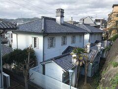 東山手洋風住宅群(長崎市指定文化財) この7棟の洋館群は明治20年代後半頃にまとめて建設されました。 敷地は東山手最下部の西面する急傾斜地を上下2段に造成しており、狭小な宅地に7棟もの建物が建つため、居留地内の他の宅地に比べて密集した形態となっています。 建物は全般的に共通する点が多く、特徴としては内外とも意匠・仕上げが質素であり擬洋風的であること、構造材料が各棟ほぼ同一であること、特に上段2棟は平面立面とも酷似していることなどがあげられます。 これらのことから、社宅または賃貸住宅等として計画的に建設されたことが推定できます。 このような用途の住宅遺構が群として残存することは全国的に類例がなく、また東山手の景観上特異な存在であり貴重です。