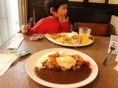あーお腹すいた!  今日もお子さまセット730円 母はチキン南蛮カレー880円 ニワトリ大好きで 鶏肉たべれない食べすぎガール ごめんよ、食べさせておくれ。 鶏肉ということ内緒で頼んだ 鶏肉柔らかくて美味しかった。  白熊のお店、 料理なかなか美味しいぞ。