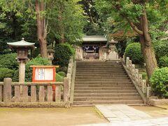 西口の鳥居を入ってすぐ右手には境内摂社の駒込稲荷神社