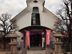 光源寺の大観音 元禄10年(1697)造立の御丈約5mの十一面観音像がありましたが、東京大空襲で焼失し、平成5年に御丈6m余の御像として再建されました。 お堂入口の両脇に可愛らしい象さんが置かれています。