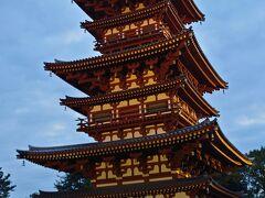 法隆寺の次は薬師寺へ。  西岡棟梁の本に触発されての奈良の旅ですから、当然薬師寺へ回ります。 薬師寺は東塔以外は残っていなかったので、あとの建物は西岡棟梁の采配の下での復元なのだそうです。  この写真は、復元された西塔。 でも、法隆寺とはずいぶん違う雰囲気。なんでも、法隆寺は朝鮮系、薬師寺は大陸系なんだそうです。  西岡棟梁によると 「法隆寺は力強く、薬師寺は強いものをやさしく見せようという違いがある」 のだそうです。  は~ そうなんだ!