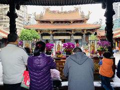 いつ行っても多くの参詣者で混み合っている龍山寺。