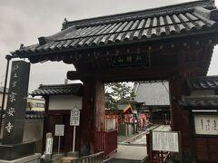 宗安寺赤門。佐和山城の正門を移築されたと伝えられている。