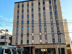 宿泊したホテルは、ネストホテル広島。 できて、半年くらいのきれいなホテルだった。 バスタブは付いていなくて、シャワールームとなっている。 アメニティは、イヴレスという会社のミチココシノだった。 部屋のエアコンが、ふつうに家庭にあるようなエアコンで、窓の外には室外機が置いてあった。 部屋によっては、窓から新幹線などの列車が見れる。 20年11月現在、レストランは営業していないので、近隣で食べる必要があるが、駅から近いので、特に困ることもない。 隣にニッポンレンタカーがある。