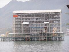 続いて、宮島・厳島神社へ。 鳥居は工事中だった。