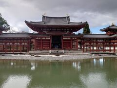 最終日、奈良から京都へ戻り、新幹線で博多へ帰るのですが、その途中、宇治に寄り道をして、平等院を訪ねました。  曇り日だったので、池に写るお堂がぼやけてます。残念。  ここも拝観者が少なく、のんびりプラプラ。